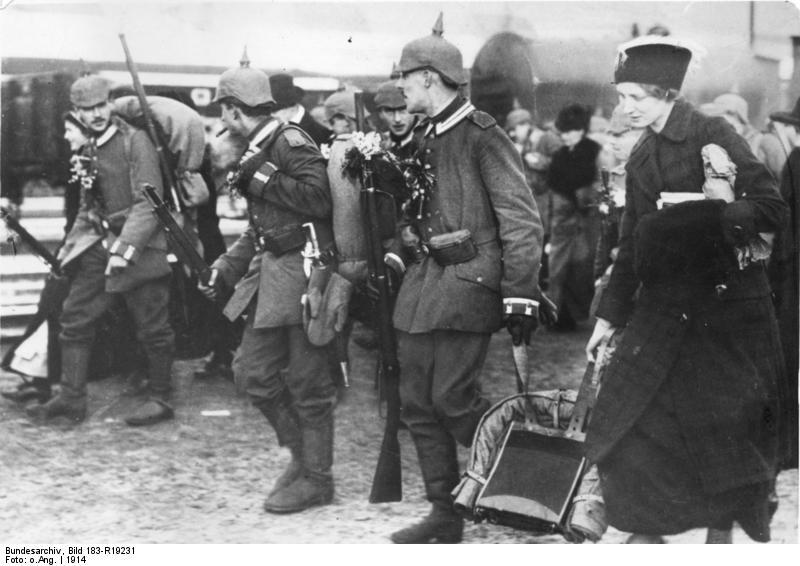 ADN-ZB I. Weltkrieg 1914-1918 Mobilmachung in Berlin, Soldaten werden von ihren Angehörigen zur Front verabschiedet.